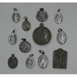 Lote de doce medallas antiguas.