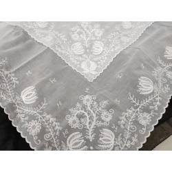 Pañuelo blanco bordado