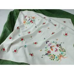Pañuelo de seda bordado
